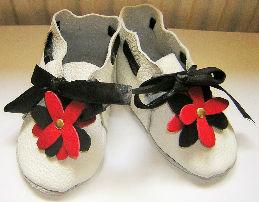chausson bébé en véritable cuir blanc décor fleur et ruban Création Sylvie G.